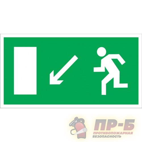 Направление к эвакуационному выходу налево вниз - Эвакуационные знаки