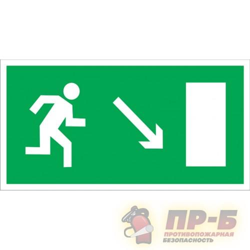 Направление к эвакуационному выходу направо вниз - Эвакуационные знаки